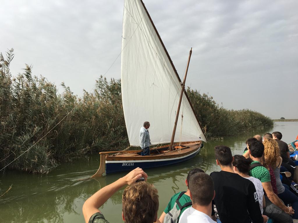 Barca por la albufera de valencia